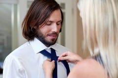 做人领带的妇女 库存照片