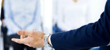 做介绍人的商人 提供研讨会的报告人到他的同事或企业训练 库存照片