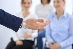 做介绍人的商人 提供研讨会的报告人到他的同事或企业训练 免版税库存照片