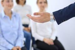 做介绍人的商人 提供研讨会的报告人到他的同事或企业训练 库存图片