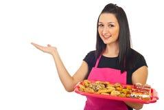 做介绍妇女的糖果商 免版税图库摄影
