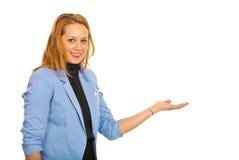 做介绍的行政妇女 免版税库存图片