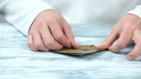 做从包装纸的手origami玩具 影视素材