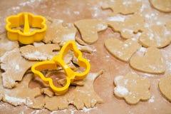 做以心脏,花,蝴蝶,姜饼的形式姜曲奇饼的过程 库存照片