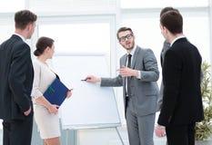 做企业介绍的女商人对小组 免版税库存图片