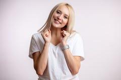 做优胜者姿态的一名美丽的愉快的妇女的画象 免版税库存图片