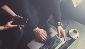做伟大的激发灵感的小组两个工友在工作过程中在现代顶楼 使用膝上型计算机的年轻有胡子的人 库存图片
