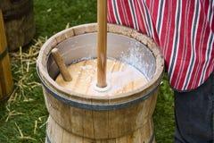 做传统方式的黄油 库存照片