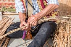 做传统柳条筐的老土耳其人 免版税图库摄影
