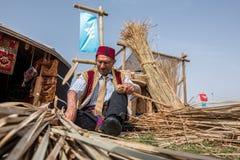 做传统柳条筐的老土耳其人 库存照片