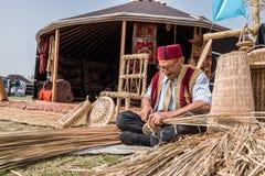 做传统柳条筐的老土耳其人 库存图片