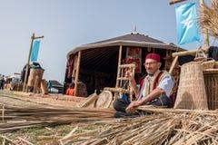 做传统柳条筐的老土耳其人 免版税库存图片