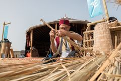 做传统柳条筐的老土耳其人 免版税库存照片