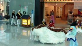做传统民间舞的不明身份的韩国人在仁川仁川,韩国国际机场  影视素材
