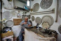 做传统伊朗纪念品的人 库存图片