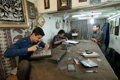 做传统伊朗纪念品的人 免版税库存图片