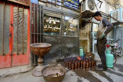 做传统伊朗纪念品的人 库存照片