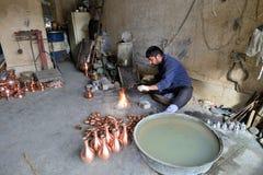 做传统伊朗纪念品的人 图库摄影