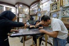 做传统伊朗纪念品的人 免版税库存照片