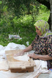 做传统土耳其面包Yufka的村庄妇女 库存图片