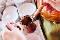 做传统希腊土耳其无奶咖啡在沙子 库存图片