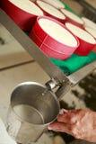 做传统手工的乳酪 免版税库存图片