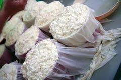 做传统手工的乳酪 免版税图库摄影