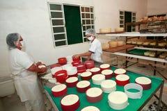 做传统手工的乳酪 图库摄影