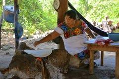 做传统玉米粉薄烙饼的玛雅人moman 免版税图库摄影