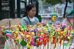 做传统玩具的女性越南平民艺术家(工艺品人) 库存图片