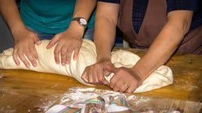 做传统面包的面团由母亲和女儿 库存图片