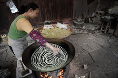 做传统细面条的中国妇女 库存照片