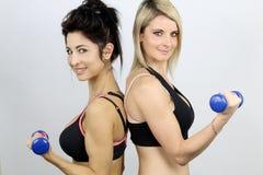 做体型的两名妇女 库存图片