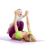 做体操和健身锻炼的母亲和婴孩 免版税图库摄影