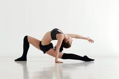 做体操或callisthenics的少妇 免版税图库摄影