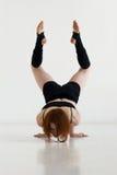做体操或callisthenics的少妇 免版税库存照片