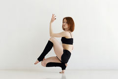 做体操或callisthenics的少妇 库存图片