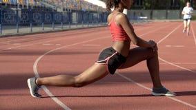 做体操的女运动员在体育场,做准备为竞争干涉 免版税库存照片