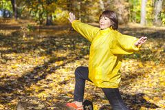 做体操锻炼的活跃年长妇女在森林沼地 免版税库存照片