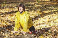 做体操锻炼的活跃年长妇女在森林沼地 库存照片