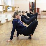 做体操锻炼的一个小组女孩 图库摄影