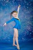 做体操excercises的女孩 免版税库存图片