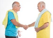 做体育的两名老人 免版税库存图片