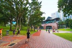 做体育的人们在KL市中心公园,吉隆坡 图库摄影
