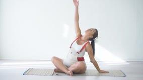 做体育的孕妇行使瑜伽 股票视频