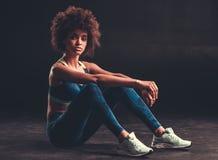 做体育的美国黑人的女孩 免版税库存照片
