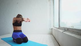 做体育训练的美丽的妇女 舒展的手和呼吸控制 股票视频