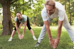 做体育运动本质上的夫妇 他们一起做倾斜 图库摄影