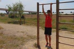 做体重锻炼的年轻人 免版税图库摄影