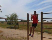 做体重锻炼的年轻人 库存图片